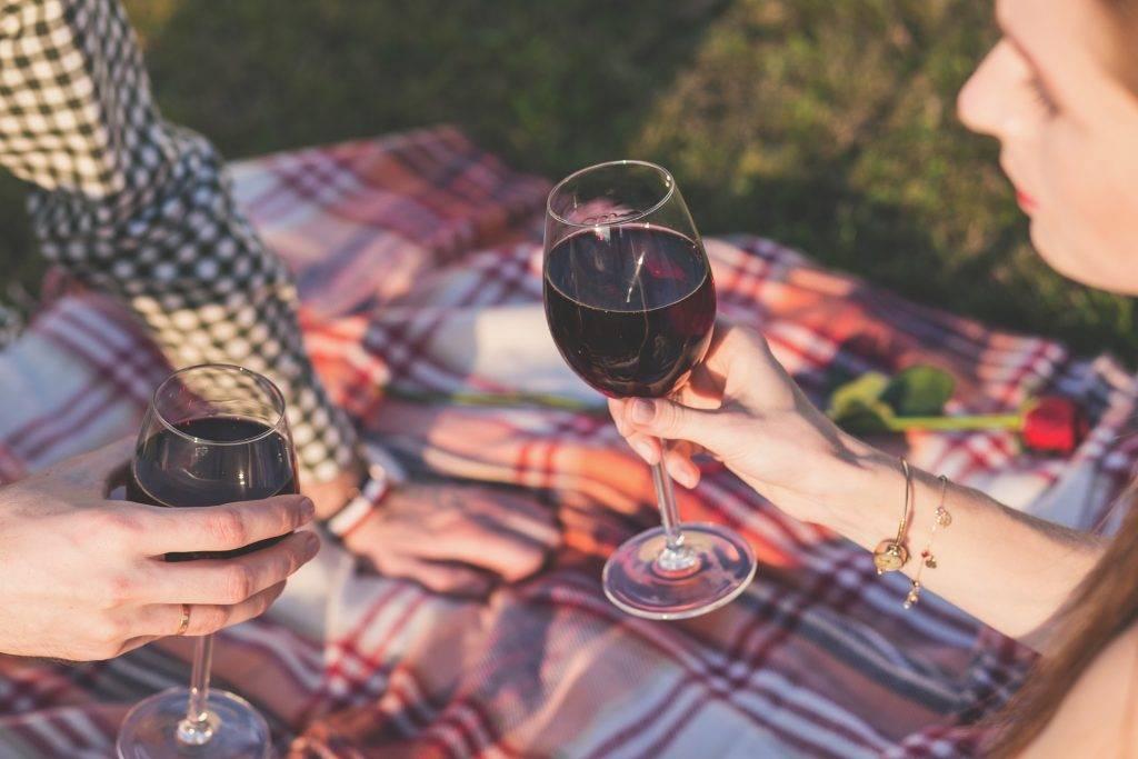 Tenir un verre de vin