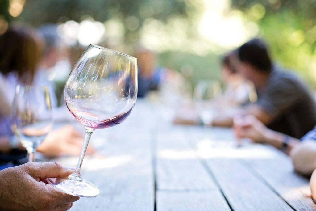 Tenir un verre de vin par le socle du pieds