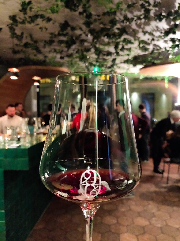 Verre et intérieur de 228 litres : bar à vin à Paris